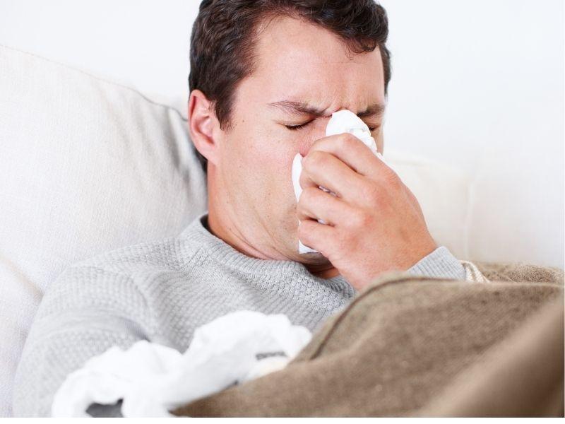 Los estornudos son unos de los síntomas de la alergia primaveral