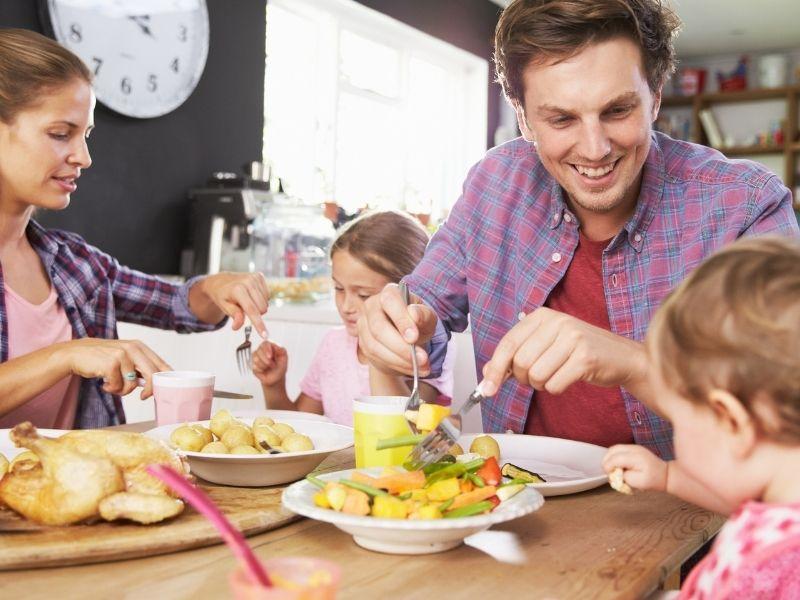 En el método BLW para bebés, estos comen lo mismo que el resto de la familia