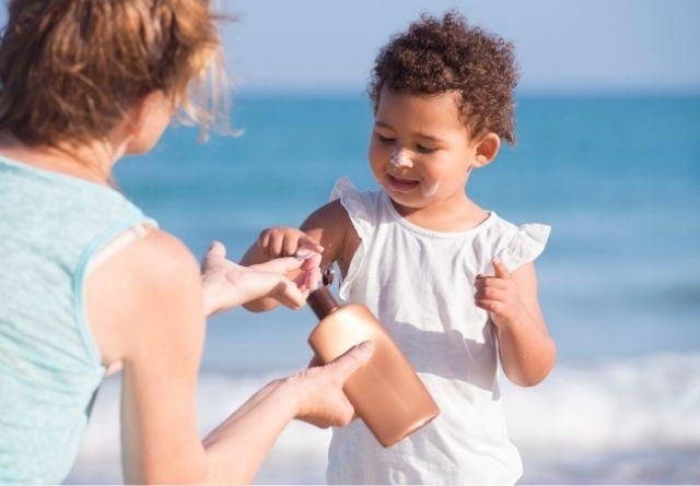La quemadura solar es un efecto indeseable a corto plazo por eso es fundamenta que los niños se apliquen protección solar