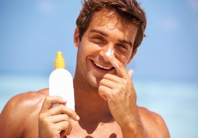 El protector solar antiedad protege y cuida la piel.