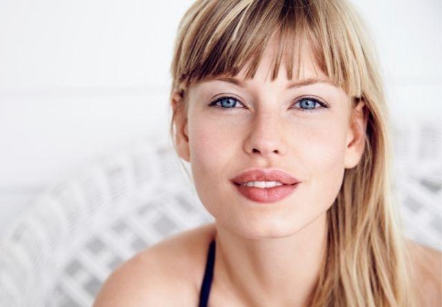 Consejos sobre los productos de belleza que no deben faltar en tu neceser este verano.