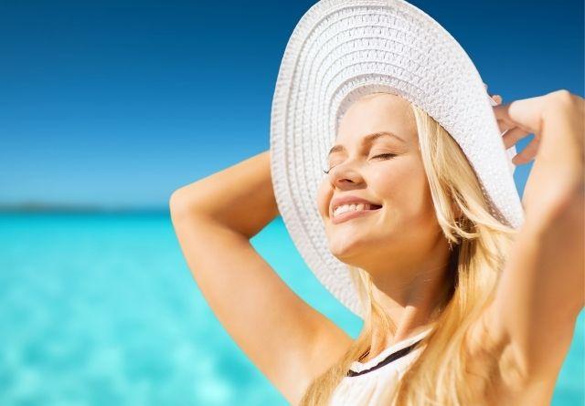 El efecto irritante de los rayos solares pueden dar lugar a la aparición de un brote de piel atópica verano.