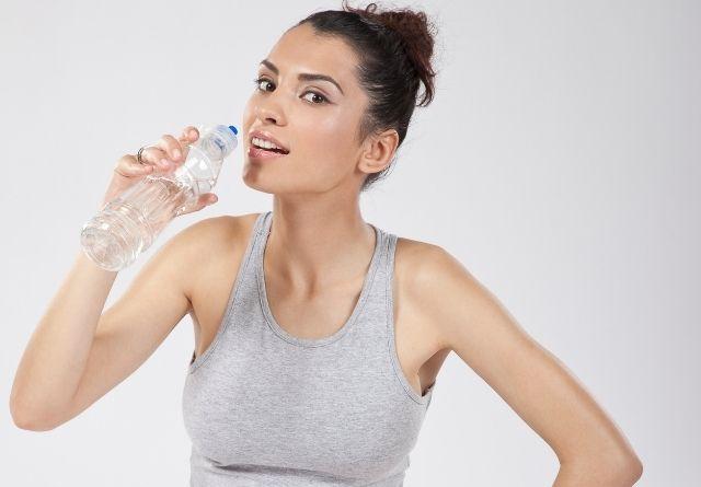 Beber agua es muy aconsejable para cuidar el esmalte dental.